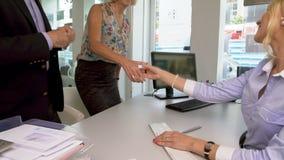 Control a los clientes adultos, buen servicio, sistema bancario de la escritura del empleado del banco almacen de video