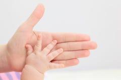 Control recién nacido de la mano del padre Fotografía de archivo libre de regalías