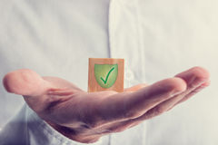 Control verde con la marca del escudo Imagen de archivo libre de regalías