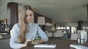 Control y charla de la muchacha sobre un teléfono por la ventana almacen de metraje de vídeo