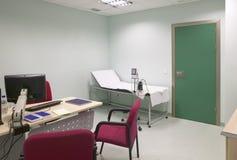 Control y exploración médicos del sitio de la cirugía del hospital Foto de archivo