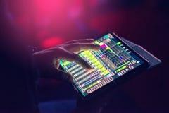 Control y sonido de la mezcla a través de la pantalla de la tableta fotos de archivo
