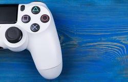 Controlador magro do jogo da revisão 1Tb e do dualshock de Sony PlayStation 4 Console do jogo com um manche Console do jogo de ví fotografia de stock