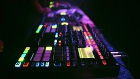 Controlador moderno profissional do DJ para misturar a música eletrônica vídeos de arquivo