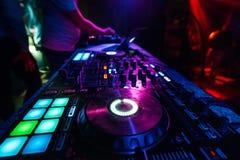Controlador profissional do DJ para misturar a música eletrônica imagem de stock
