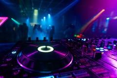 Controlador profissional do DJ para misturar a música eletrônica imagens de stock