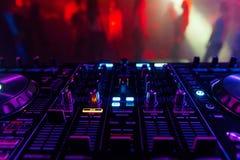 Controlador profissional do DJ para misturar a música eletrônica fotos de stock