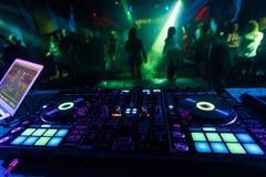 Controlador profissional do misturador do DJ para a m?sica de mistura em um clube noturno foto de stock royalty free