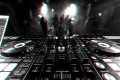 Controlador profissional do misturador do DJ para a m?sica de mistura em um clube noturno fotos de stock royalty free