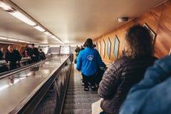 Controladores do bilhete lá na maneira à plataforma do metro de controlar os bilhetes dos passageiros fotografia de stock royalty free