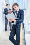 Controlar el email Hombre de negocios joven y acertado Imágenes de archivo libres de regalías