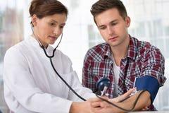 Controlar la presión arterial Imágenes de archivo libres de regalías