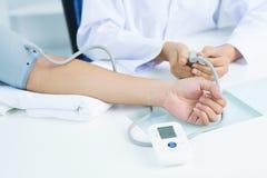 Controlar la presión arterial Fotografía de archivo