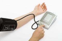 Controlar la presión arterial Foto de archivo libre de regalías