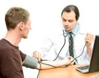 Controlar la presión arterial Fotos de archivo libres de regalías