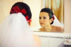 Controlar maquillaje en espejo Foto de archivo libre de regalías
