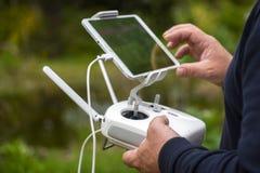 Controlar un helicóptero o un quadrocopter remoto con smartphone Imagen de archivo