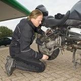 Controlar una motocicleta Fotos de archivo libres de regalías