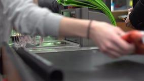 Controle bij een kruidenierswinkelopslag (7 van 9) stock video