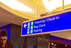 Controle binnen en het teken van de Etiketteringsinformatie bij de luchthaven op Harry Potter-beeld backround royalty-vrije stock afbeelding