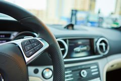 Controle botões no volante de um carro Imagens de Stock Royalty Free