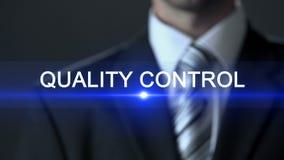 Controle da qualidade, homem de negócios em tela tocante do terno, fabricação segura, verificação filme