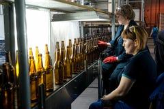 Controle da qualidade na fábrica das garrafas de vidro Tyumen Fotografia de Stock
