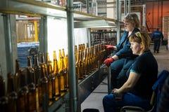 Controle da qualidade na fábrica das garrafas de vidro Tyumen Imagens de Stock Royalty Free