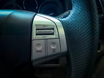 Controle de cruzeiro na roda de direcção imagens de stock