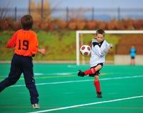 Controle de esfera do futebol da juventude Foto de Stock