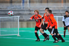 Controle de esfera do futebol da juventude Fotografia de Stock