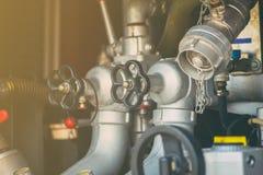 Controle de pressão da bomba e da tubulação de água da válvula do close up Fotos de Stock Royalty Free