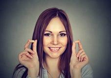 Controle de ruído Jovem mulher do retrato que guarda tomadas da orelha Fotos de Stock