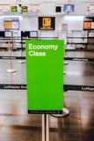Controle de Uit de toeristenklasse van Lufthansa in Madrid Royalty-vrije Stock Afbeelding