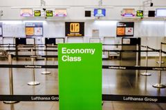 Controle de Uit de toeristenklasse van Lufthansa in Madrid Stock Foto's