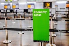 Controle de Uit de toeristenklasse van Lufthansa in Madrid Royalty-vrije Stock Foto's
