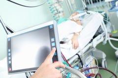 Controle do dispositivo médico moderno na divisão de hospital foto de stock
