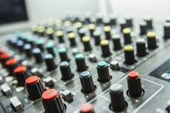 Controle do som pelo DJ Fotos de Stock Royalty Free