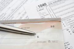 Controle en zilveren pen met belastingsvorm Stock Afbeelding