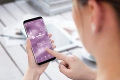 Controle home esperto app do uso da mulher no telefone celular foto de stock