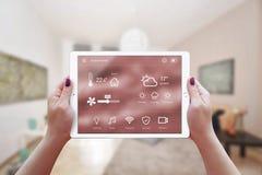 Controle home remoto esperto app na mão da mulher fotografia de stock royalty free