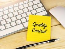 Controle na nota pegajosa na mesa de madeira no escritório, negócio da qualidade imagem de stock