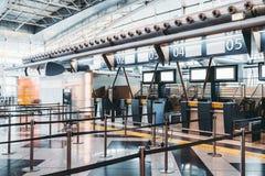 Controle op gebied in eigentijdse luchthaventerminal stock fotografie
