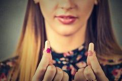 Controle op het lawaai Jonge vrouw met oorstoppen stock afbeelding