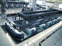 Controle in teller in luchthaven Stock Afbeeldingen