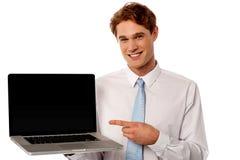 Controle uit gloednieuwe laptop in markt voor verkoop Royalty-vrije Stock Afbeelding
