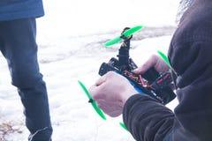 Controle voor quadrocopter onbemand luchtvoertuig in hun handen Royalty-vrije Stock Foto