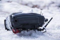 Controle voor quadrocopter onbemand luchtvoertuig in hun handen Royalty-vrije Stock Afbeelding