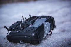 Controle voor quadrocopter onbemand luchtvoertuig in hun handen Royalty-vrije Stock Afbeeldingen