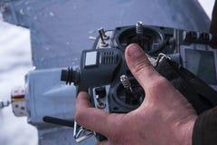 Controle voor quadrocopter onbemand luchtvoertuig in hun handen Stock Afbeeldingen
